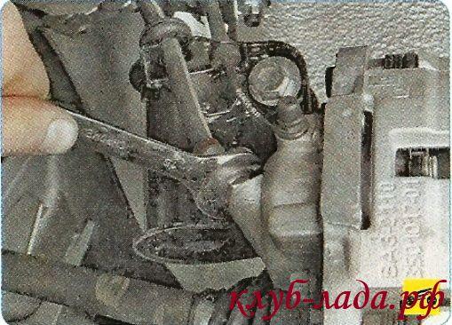 Ослабить затяжку наконечника шланга на рабочем цилиндре гранты