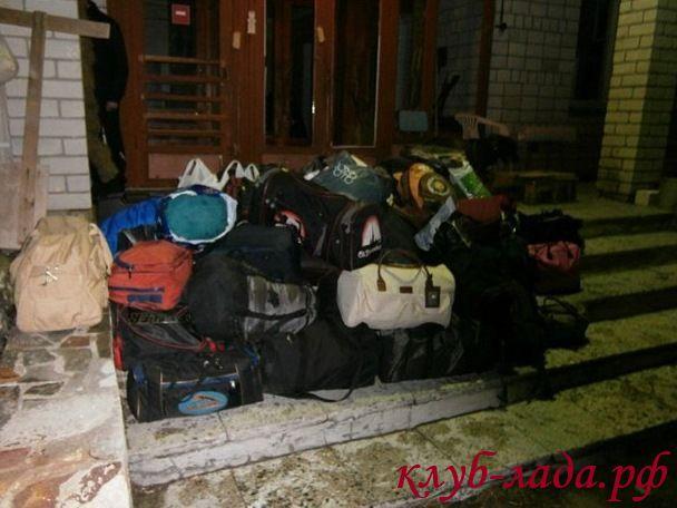 куча сумок в багажник гранты