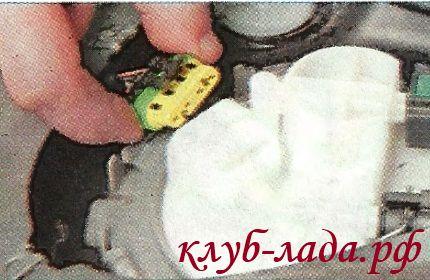 Отсоединить колодку с проводами от бензонасоса калины