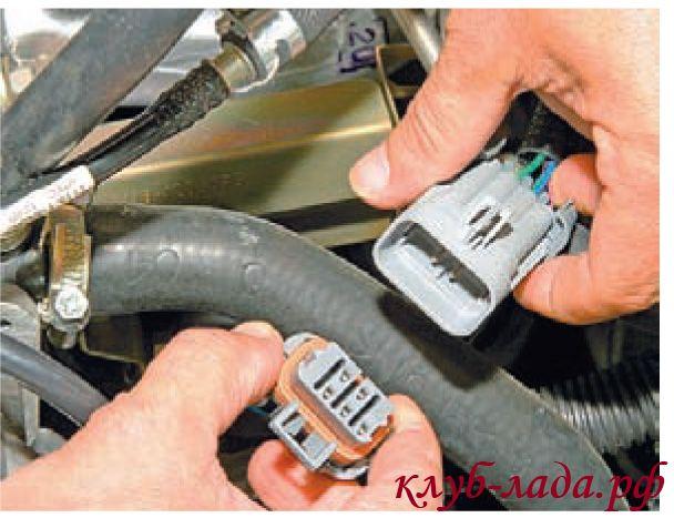 Отсоединить колодку с проводами от жгута проводов форсунок калины