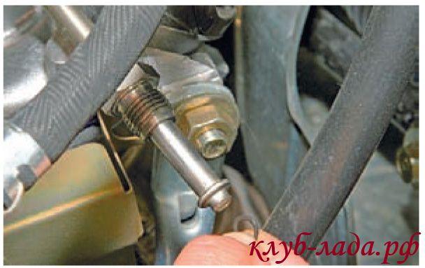 Снять резиновое уплотнительное кольцо с наконечника трубки рампы