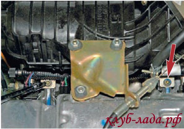 Отвернуть два винта крепления топливной рампы к впускной трубе
