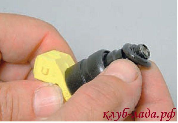 Снять уплотнительное кольцо с распылителя