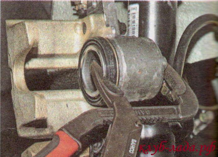 установка колодок калины с помощью пассатижей