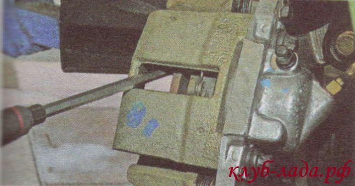 установка колодок калины с помощью отвертки