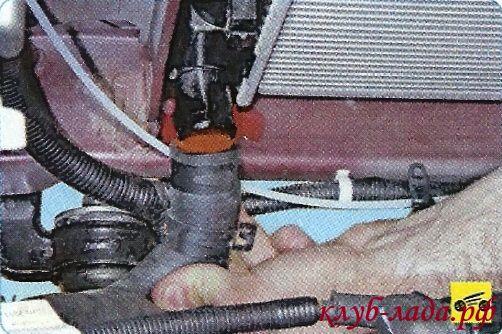отсоединить от радиатора гранты/калины отводящий шланг