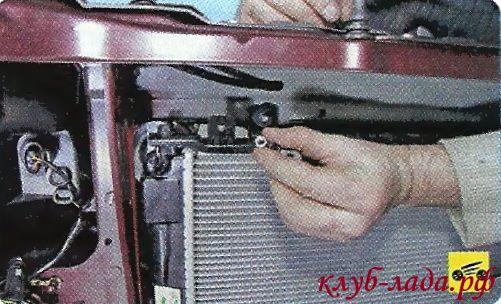 Снять гайки и шайбы радиатора гранты/калины