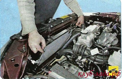 Снять радиатор охлаждения с гранты/калины, наклонив его к двигателю