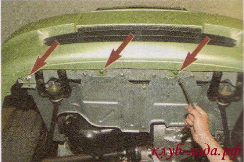 отворачиваем три болта крепления переднего бампера к кузову