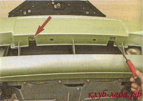 отворачиваем два самореза крепления бампера к балке бампера
