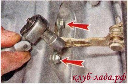 Отвернуть два болта ограничителя на двери калина/гранта