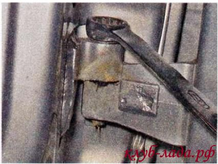 Вывернуть верхнюю и нижнюю оси двери калины/гранты