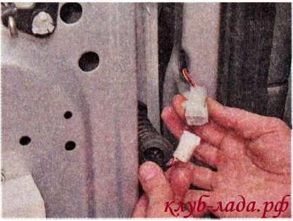 Разъединить колодку с проводами двери калины/гранты