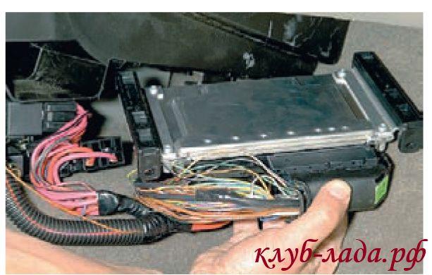 Снять контроллер Калины из направляющих корпуса отопителя
