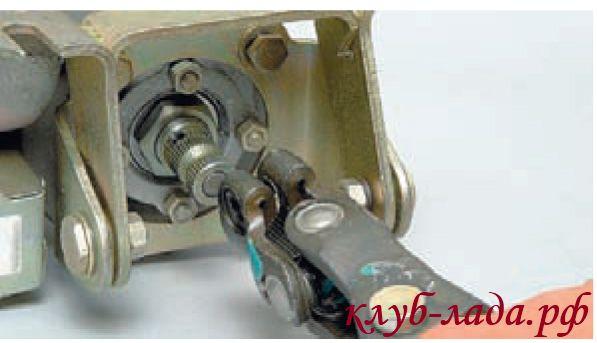 Снять промежуточный карданный вал с вала рулевого управления