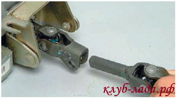 Снять болт и отсоединить нижний карданный шарнир от верхнего