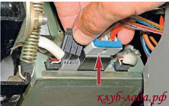 Отсоединить 2 колодки жгутов проводов от блока управления ЭУР
