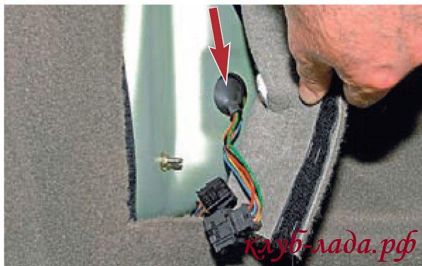 проталкиваем наружу уплотнительный резиновый чехол проводов
