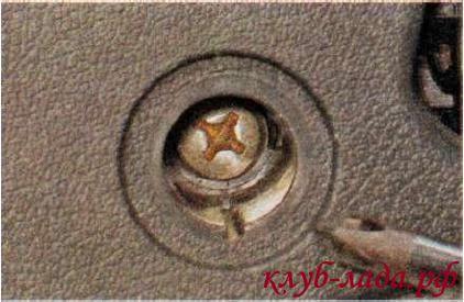 Откручиваем винт крепления подлокотника двери