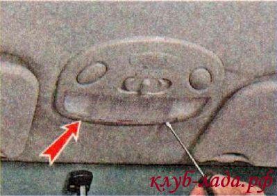 Снять рассеиватель плафона, вставляя поочередно лезвие отвертки в пазы
