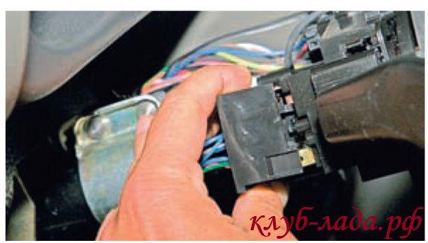 Отсоединить колодку жгута проводов от левого подрулевого переключателя