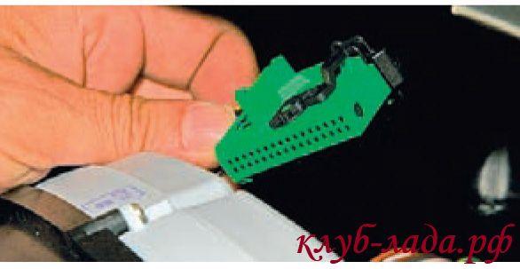 нять приборную панель Калины, отсоединив колодку с проводами