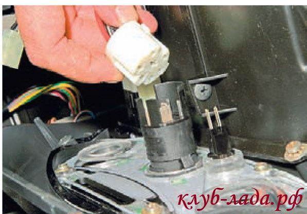 Отсоединить колодку жгута проводов от переключателя режимов работы вентилятора