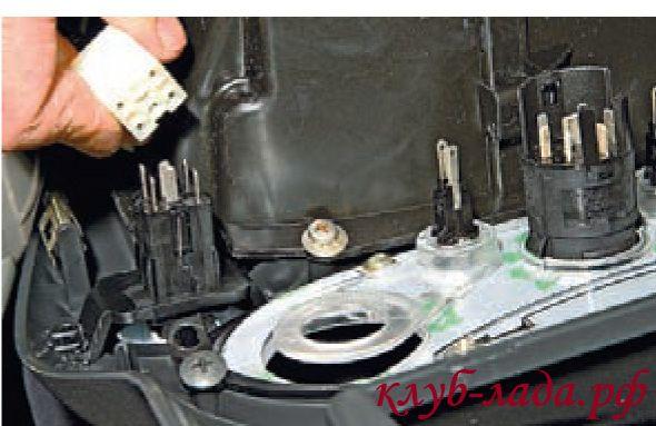 Отсоединить колодку жгута проводов от выключателя обогрева заднего стекла