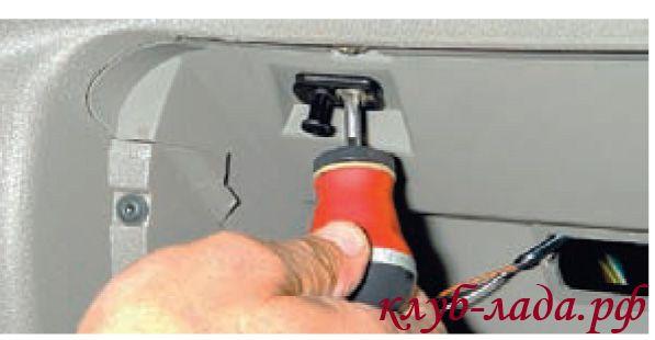 Отвернуть саморез крепления выключателя плафона освещения вещевого ящика
