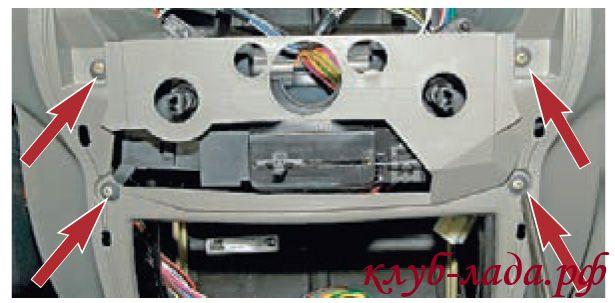 Отвернуть 4 самореза крепления блока управления вентиляцией