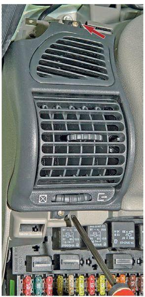 Отвернуть 2 самореза крепления левого дефлектора системы вентиляции