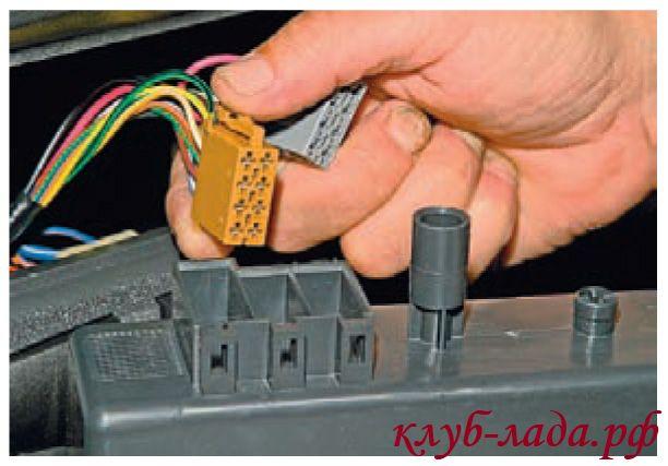 Отсоединяем колодки с проводами нажав на фиксаторы