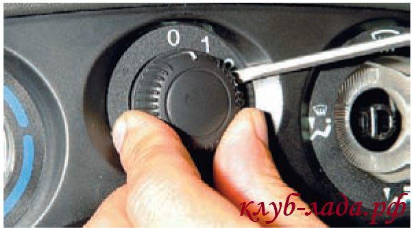 Снять ручку переключателя режимов работы вентилятора