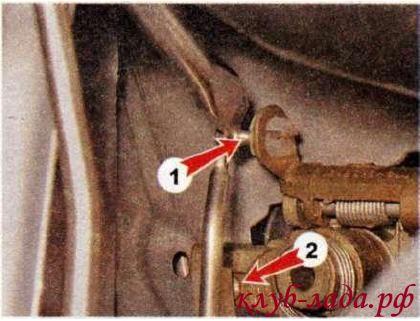 Отсоединяем тяги замка от рычага ручки 1, и тягу ручки от выключателя (личинки) замка 2