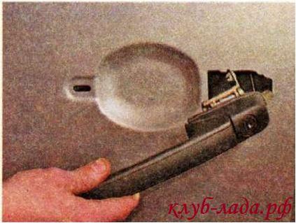 Снимаем внешнюю ручку с двери вместе с резиновыми прокладками