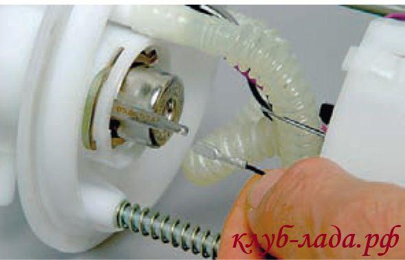 отсоединить провод от регулятора давления топлива калины
