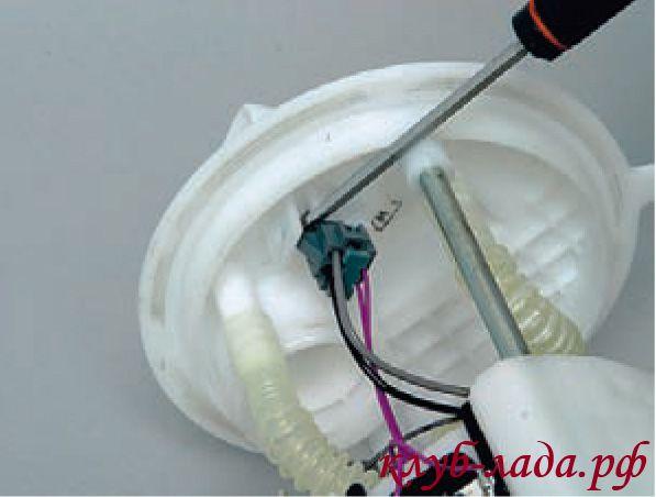Отсоединить колодку от крышки топливного модуля Калины