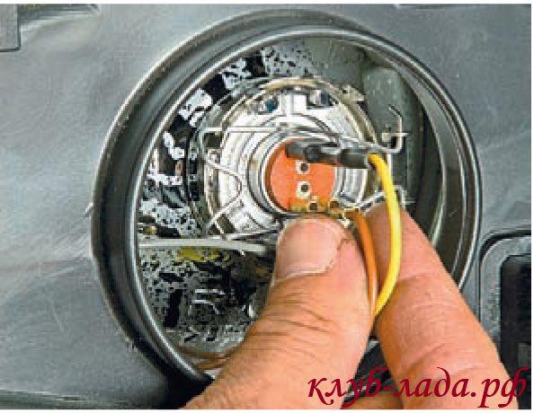Отсоединить наконечники проводов от лампы