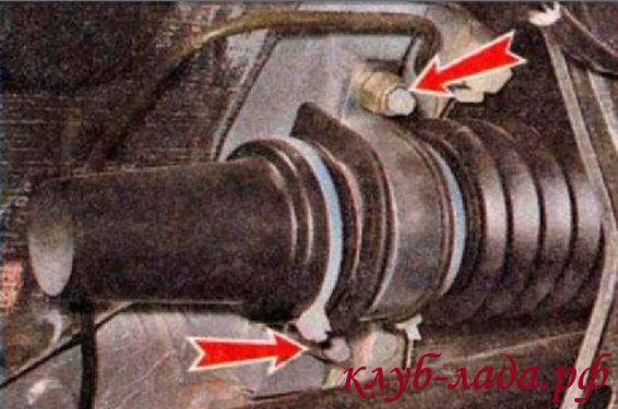 Отвернуть по 2 гайки крепления с обоих сторон рейки калины