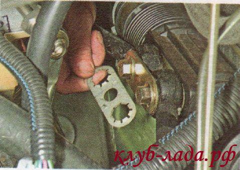Снять стопорную пластину болтов рулевых тяг калины