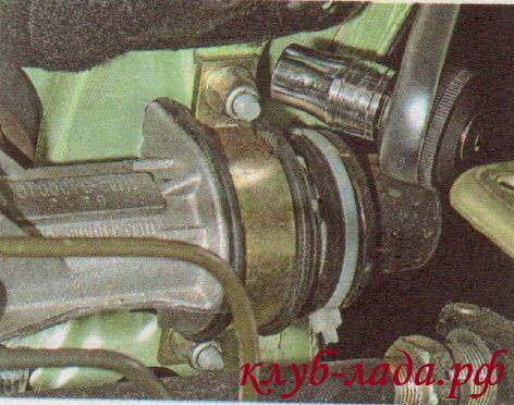 Отвернуть гайки крепления скоб рулевой рейки к щитку передка