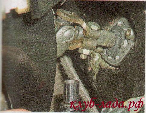 снять болт крепления нижнего карданного шарнира калины