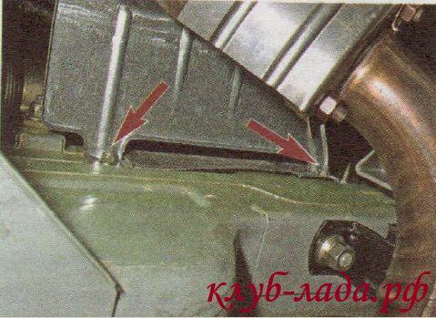 Отвернуть 2 гайки крепления кожуха рулевой рейки, снизу автомобиля