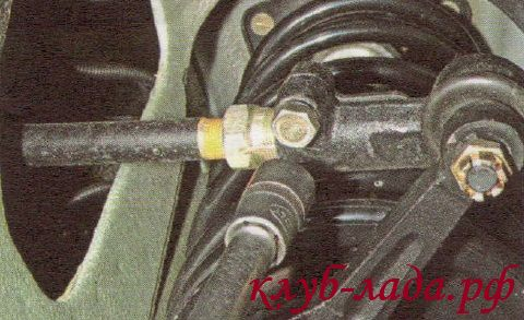 Ослабить затяжку стяжного болта наконечника рулевой тяги