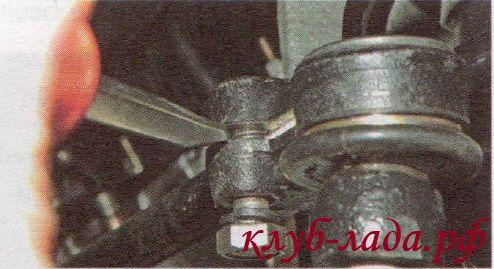 Разжать паз наконечника рулевой тяги Калины