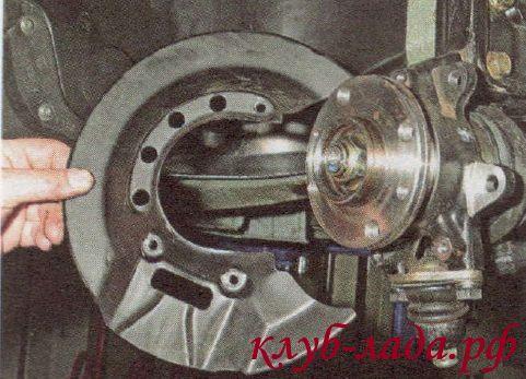 Снять защитный щиток тормозного диска Калины