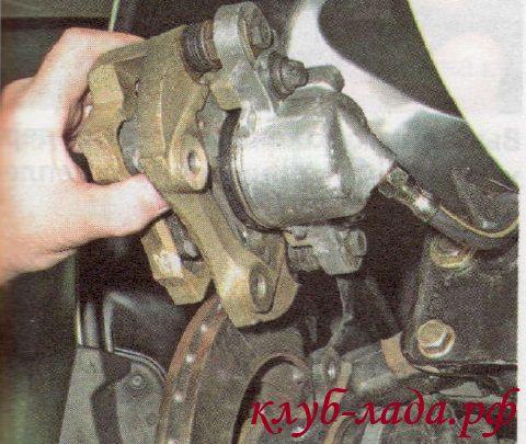 Снять с тормозного диска направляющую колодок Калины в сборе со скобой и колодками