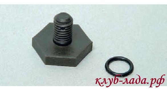 Пробка сливного отверстия имеет резиновое уплотнительное кольцо