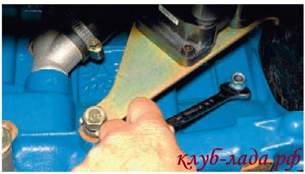 Отвернуть пробку сливного отверстия блока цилиндров