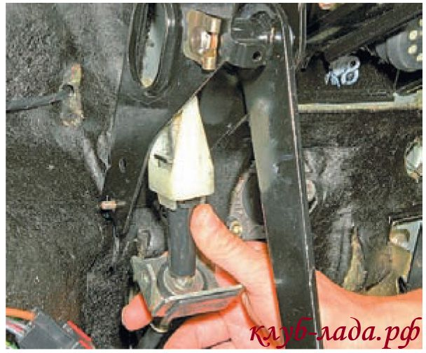 Вывести верхнюю часть троса из кронштейна педального узла